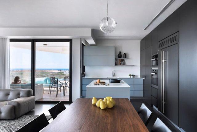המטבח המותאם אישית, הדירה בעיצוב מיכל האן במגדלי בלו, צילום: עמית גושר
