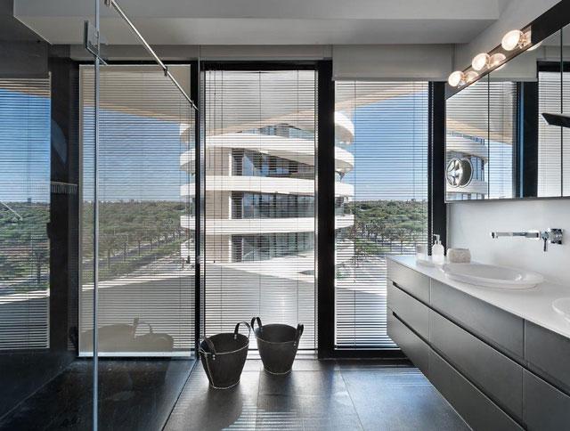 חדר השינה וחדר הרחצה, הדירה בעיצוב מיכל האן במגדלי בלו, צילום: עמית גושר