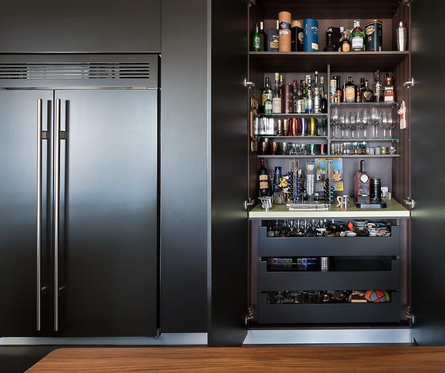 בר המשקאות המפאור בדירה, תוכנן בקפידה על ידי מיכל האן, ביצוע של הנגר הדר האן, צילום: עמית גושר