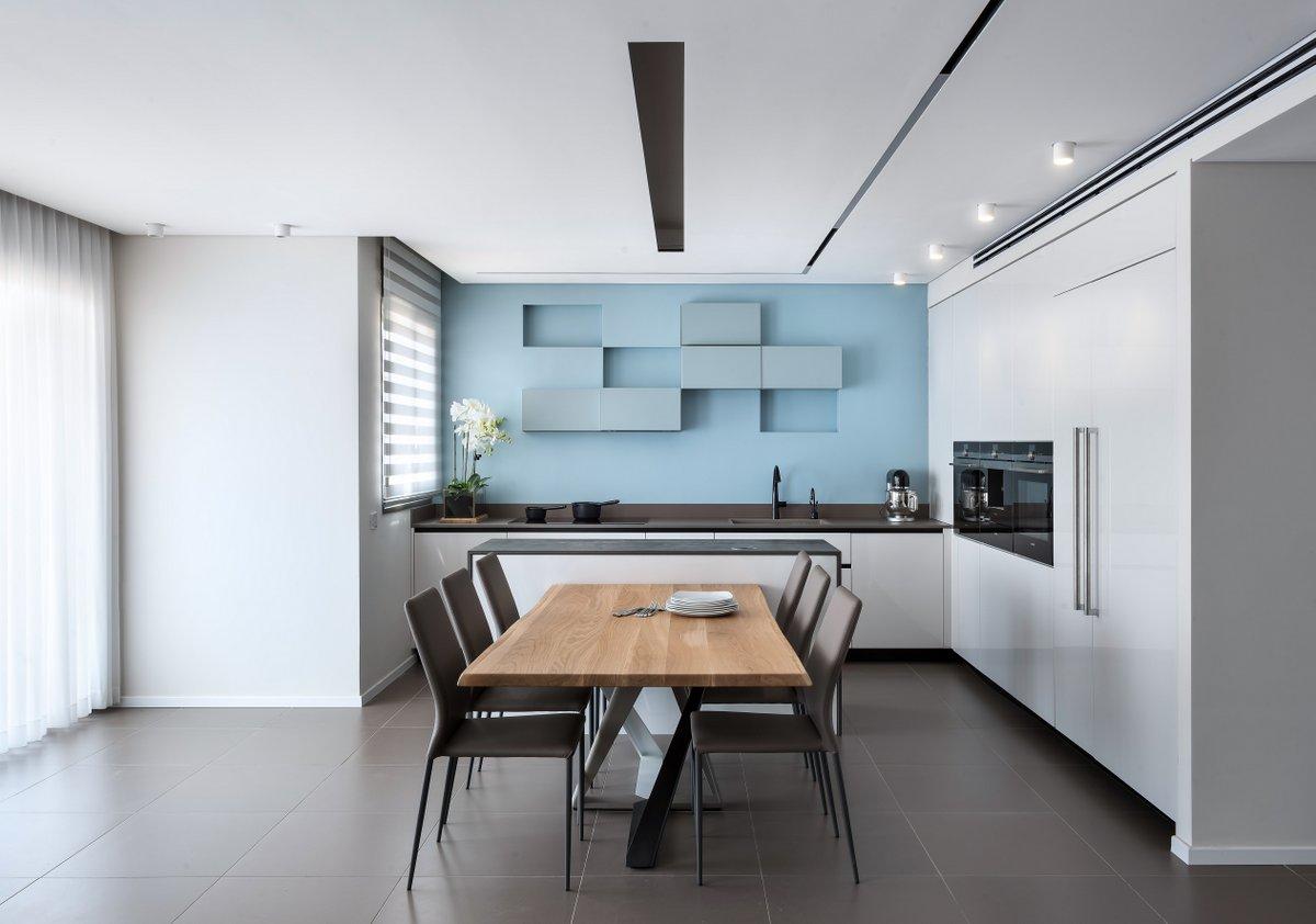 משפחה שגרה בראשון לציון בבית בסגנון מודרני נקי, השולחן מבית אליתה ליוינג, עיצוב: אדריכלית קורין לוי, צילום: עמית גושר