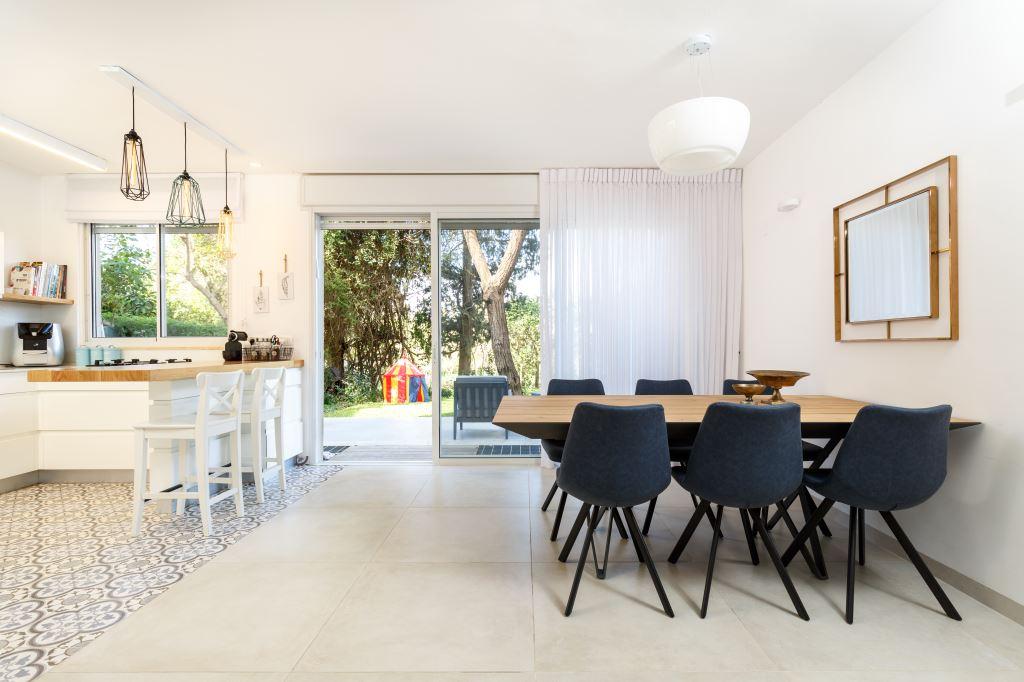 פינת אוכל מול המטבח ומול היציאה לחצר בבית של משפחה צעירה בצפון תל אביב, סגנון כפרי מודרניח, עיצוב: חגית ומיכל, צלמת: אורית ארנון