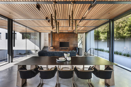משפחה שגרה בבית מרווח, מודרני ועתיר זכוכית, בטון ומתכת, עיצוב: אורלי דקטרדר, צילום: עודד סמדר