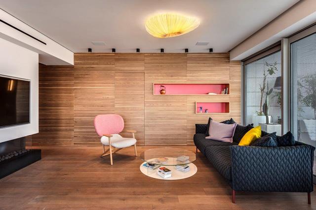 פרקט אלון מעושן מולבן מרכך את הצבעוניות הרוויה בפריטי הריהוט, עיצוב: וי סטודיו אדריכלים, צילום: עודד סמדר