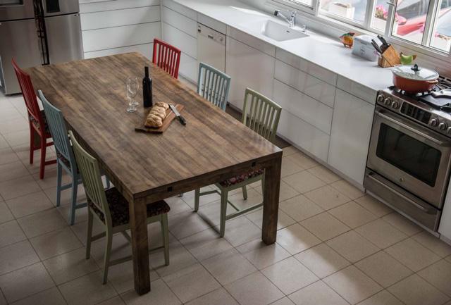 שילוב של מודרני ומסורתי - מטבח לבן נקי בשילוב פינת אוכל מעץ בהזמנה אישית מTHE-BUTCHERS FURNITURE, צילום: גלעד רדט
