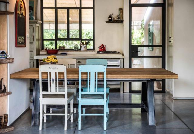 בית כפרי חם ומזמין של משפחה שאוהבת סגנון כפרי וצבעוני, פינת אוכל בעבודת יד של THE BUTCHERS FURNITURE, צילום: גלעד רדט