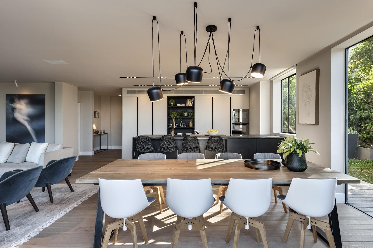 בית של משפחה חובבת סגנון מודרני, את החלק החם בחלל מוסיף שולחן העץ הטבעי מ-THE BUTCHERS FURNITURE, עיצוב פנים: חן בר און, צלם: עודד סמדר