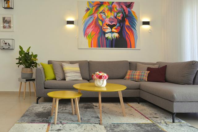 מעצבת הפנים ליה ניב התחילה את העיצוב בהשראת שתי התמונות שרכשו בעלי הבית, צילום: ריקי זהבי