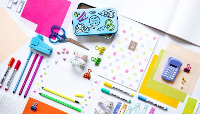 מגוון כלי כתיבה ואביזרים לבית הספר בעיצוב יפני, ברשת דייסו יפן, צילום diTales