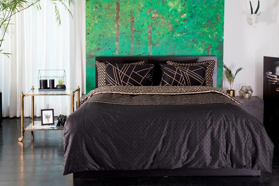 טאץ' יוקרתי בחדר השינה: מצעי ורדינון בדגם ספייס עשויים סאטן, צילום: דן לב