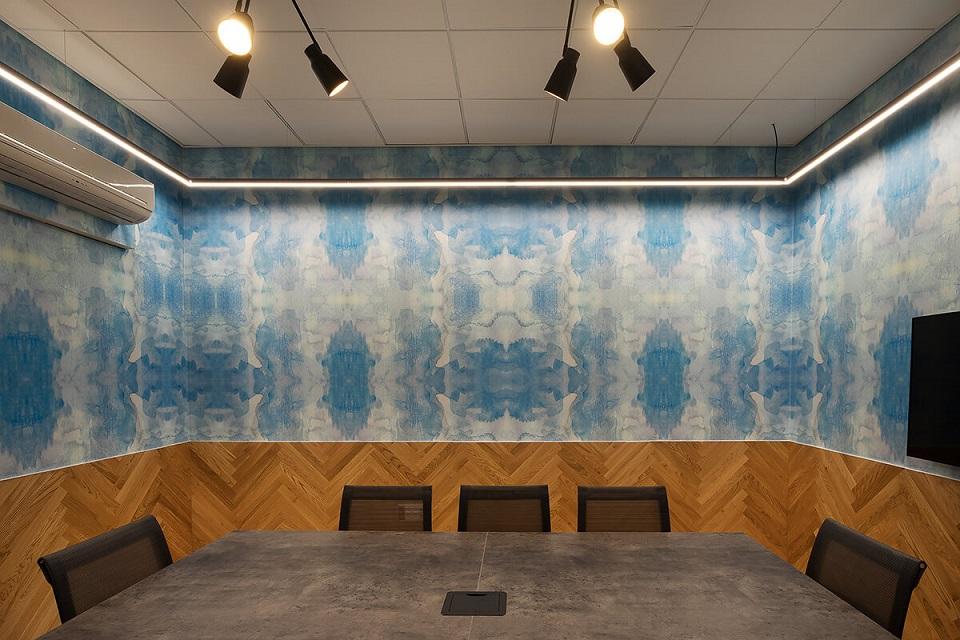 חדר הישיבות במרכז ההזמנות של רשת מלונות פתאל, עיצוב טפט תמר ברניצקי, צילום רועי מזרחי