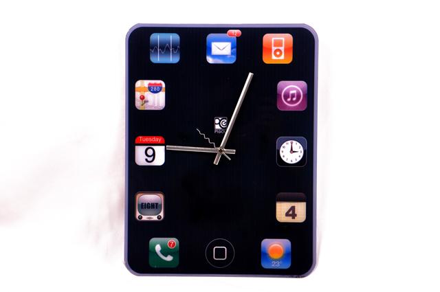 """שעון בצורת טאבלט, להשיג ברשת רהיטי דורון, צילום: יח""""צ רהיטי דורון"""