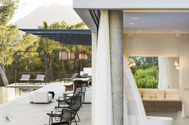 לגור בטשטוש הגבולות בין פנים הבית לחצר המקיפה, תכנון ועיצוב: Axel Schoenert ו-Zsofia Varnagy