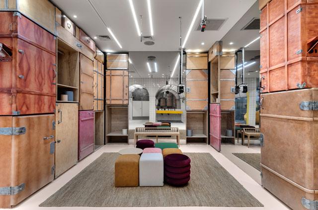 חדר הארונות אחרי מתיחת פנים, כולל שרפרפים, עיצוב: ערן בינדרמן, צילום: עודד סמדר