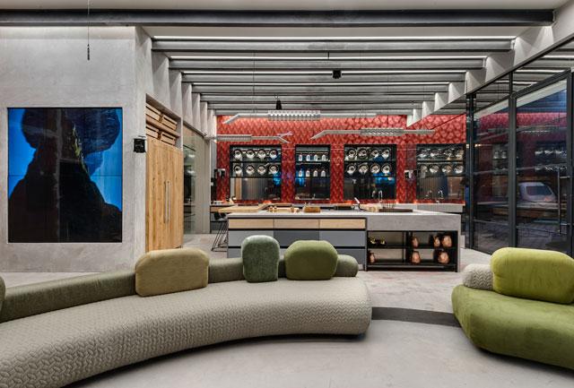 רקע אדמדם למטבח, בית האח הגדול עונת ה-VIP, עיצוב: ערן בינדרמן, צילום: עודד סמדר
