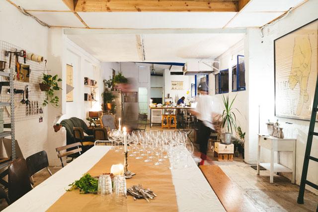 אווירה משוחחרת ומינגלינג, אירוח אצל קינן בסל בבית, צילום: נעם פרסמן