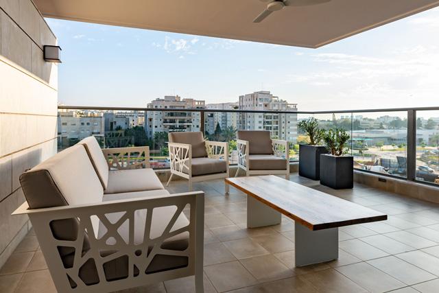 גם את הרהיטים במרפסת תכנן בן צבי, תכנון ועיצוב רהיטים יפרח בן צבי, צילום: שי אפגין