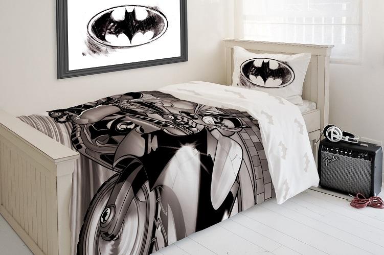 """באטמן חוזר, מצעים מכותנה בשחור-לבן, צילום: יח""""צ"""