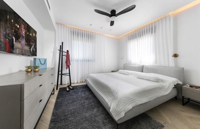 חדר שינה אלגנטי בצבעוניות רכה, תכנון ועיצוב של המעצבת ענבל ברקוביץ, צלם: אלעד גונן