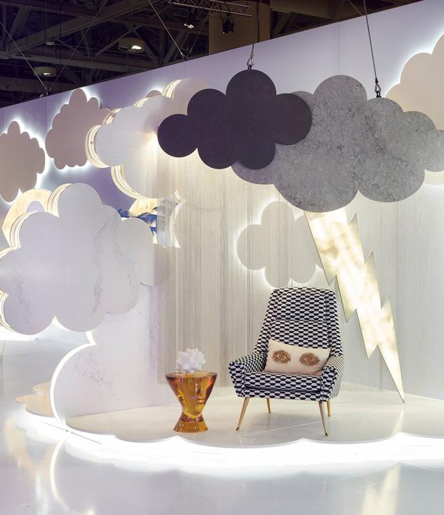 איך יוצרים ענן עשוי ממשטח קשה של קוורץ? מיצב מיוחד של אבן קיסר וג'ונתן אדלר שהוצג בתערוכת עיצוב בטורנטו נראה קליל ורך