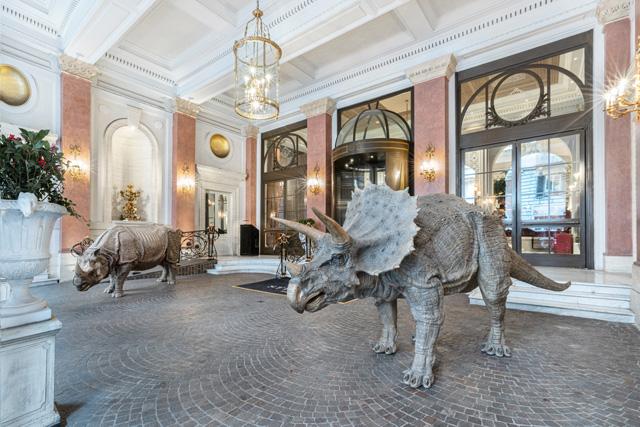 חיות פרא בלובי מלון יוקרתי