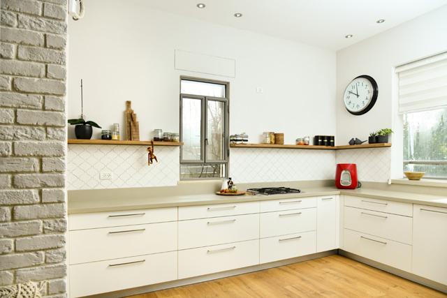 מטבח בהיר מודרני עם נגיעות כפריות, עיצוב פנים מיה אפל, צילום: אורה כהן