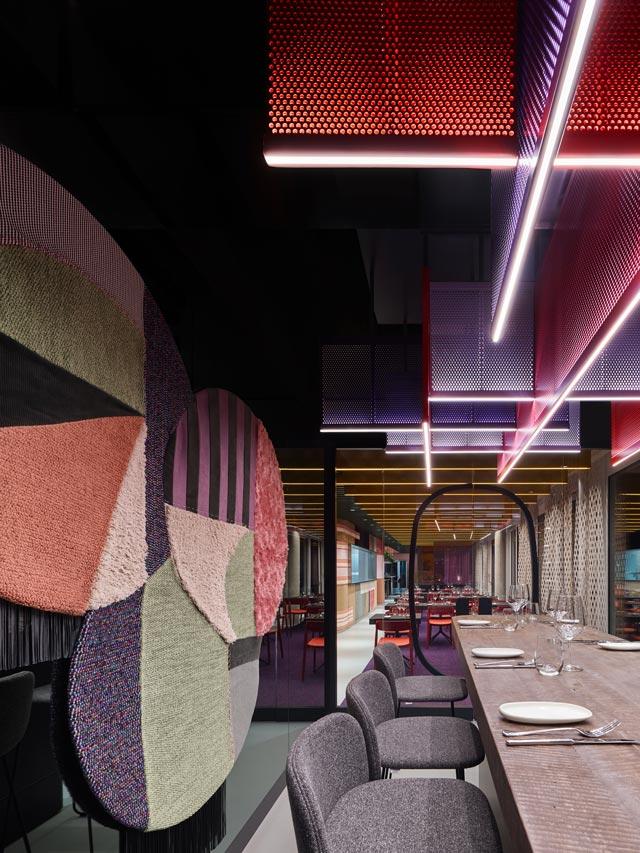 שטיחים על קירות המסעדה