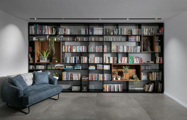 בית עם כבוד לספרים ולחומרים